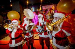 Kerstmannen bij opening van Corso Casino in Rotterdam