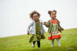 Familieportret Meisjes op groene hevel