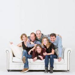 Familieportret in studio op bank