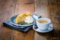 Food fotografie - Koffie met appletaart en slagroom, bistro style