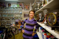 Wielrenster Marianne Vos in haar prijzenkast