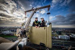Reportagefotografie - glazenwassers hoog boven Rotterdam