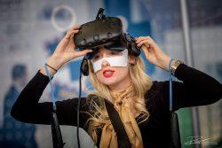 Mooie dame met een VR bril op een beurs in RAI Amsterdam