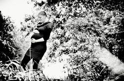 Zwangerschap - buiten in park - zwartwit