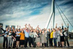 Groepsfoto-Erasmusbrug-Rotterdam-ambtenaren