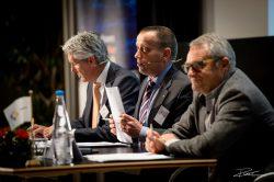 Jaarvergadering: het bestuur zit achter de tafel