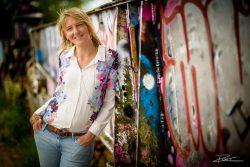 Portretfoto tegen een Graffitimuur