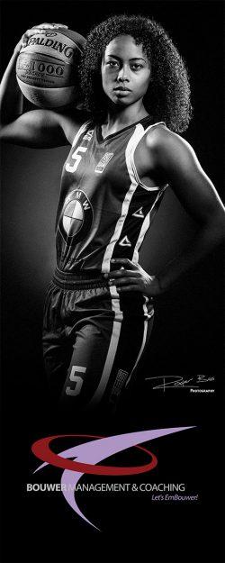 Portret van Rotterdamse topatleet, een speelster in het Rotterdam basketbal team.