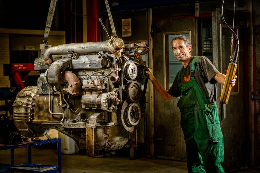 Industriële fotografie: motorblok wordt op zijn plaats getild