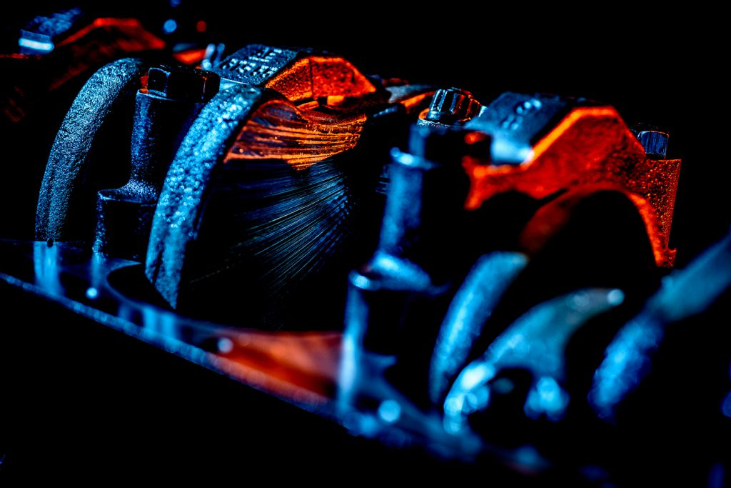 Industriële fotografie: cilinders in een open motorblok