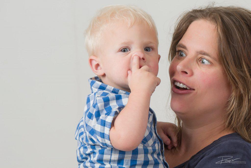Kinderen in de studio - net op het verkeerde moment de vinger in de neus steken!