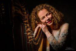 Portret van een harpiste