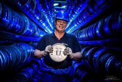 Industriëel portret van trotse werknemer met matrijs voor extrusie Aluminium