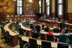Debat voor jongeren in raadszaal gemeente Rotterdam.