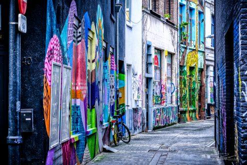 Klein kleurrijk straatje vol met graffiti in Antwerpen (April 2017).