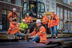 Groepsfoto van bouwlieden in den Haag door industriëel fotograaf Rogier Bos.