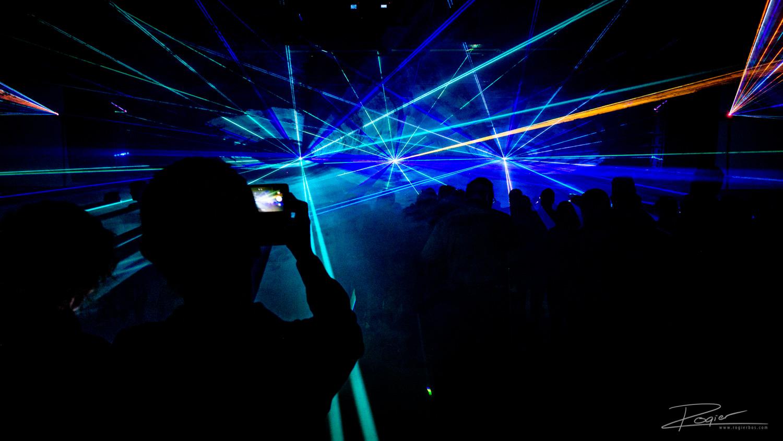 Veel fotografen zijn bang om een lasershow te fotograferen. De professionele eventfotograaf weet hoe dit moet.