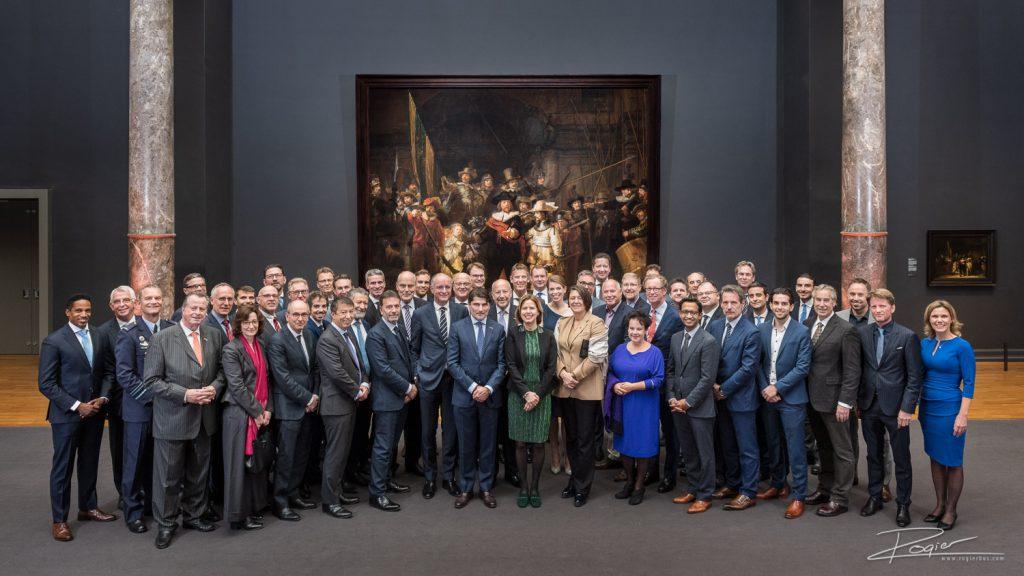 Groepsfoto voor de Nachtwacht in het Rijksmuseum