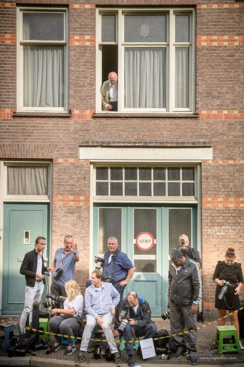 Foto van persfotografen in het persvak, wachtend op H.K.H. Koningin Maxima. Ik mocht het evenement fotograferen en mocht binnen zijn. Ik kreeg daar een uitstekend tarief voor. Mijn collega's zaten daar uren te wachten, om een plaatje te pakken dat dan misschien door een krant wordt afgenomen.