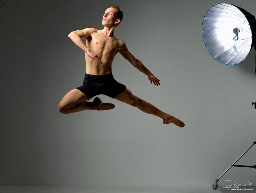 Danser Marijn springt voor de Hasselblad camera in mijn handen tijdens de DuPho Rotterdam borrel.
