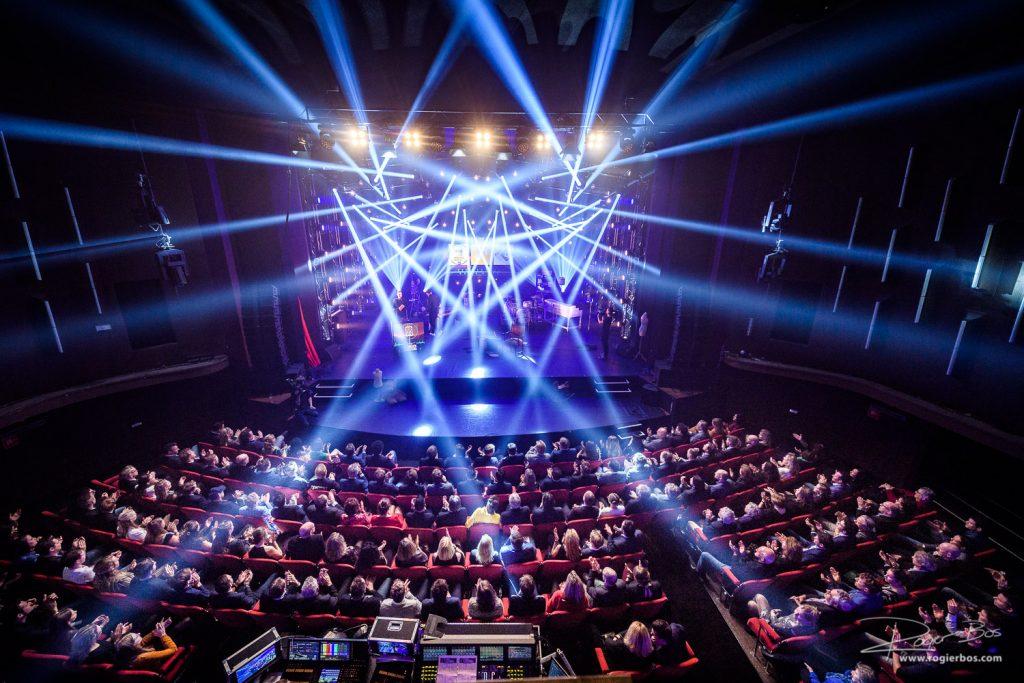De foto maakte ik tijdens het gala Uitreiking van de RadioRing in Theater Gooiland. Het theater had alles dat ze in huis hadden op het gebied van licht uit de kast getrokken. Dan heb je een heel ervaren fotograaf nodig om dat mooi in beeld te brengen!