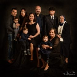 Familieportret uitgebreide familie op zwart in Rotterdam