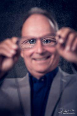Ludiek portret van  man met bril