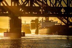Trein op spoorwegbrug met schip in haven