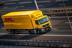 Verkeer DHL vrachtwagen op snelweg