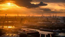 Avond valt over de haven van Rotterdam