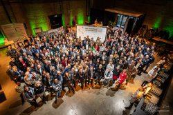 Groepsfoto 300 personen tijdens event Schiecentrale - ondertekening klimaatakkoord