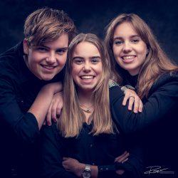Familie portret 3 pubers in zwart in studio #2