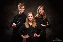 Familie portret 3 pubers in zwart in studio