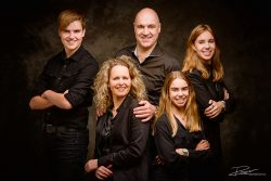 Familie portret in zwart in studio