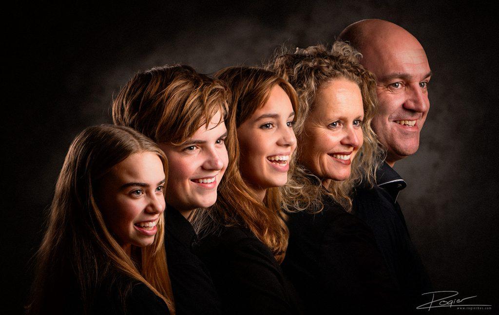 Familieportret op een rijtje. Ik heb de modellen één voor één gefotografeerd en in Photoshop aan elkaar geplakt.