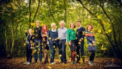 Familieportret herfstbladeren gooien