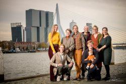 Familieportret in herfstkleuren voor Erasmusbrug vanaf de Boompjes