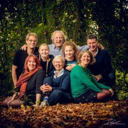 Familieportret vierkant in de herfstbladeren