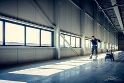 Schoonmaker maakt een enorme vloer schoon.