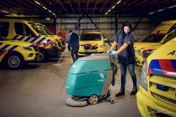 Schoonmaakster maakt ambulance schoon