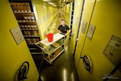 Schoonmaakster aan het werk in groot archief