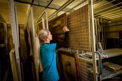 Schoonmaakster maakt kostbare kunstcollectie schoon