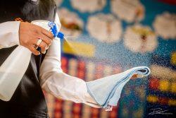 Schoonmaakster maakt de tafels schoon in een klaslokaal
