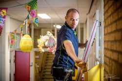 Portret van schoonmaker op school: alle randjes worden meegenomen