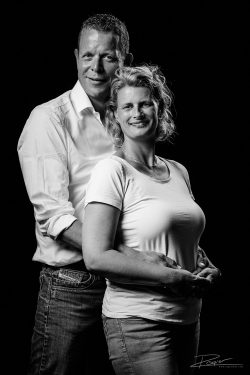 Familieportret - getrouwd stel zwartwit in de studio