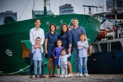 Familieportret op de kade in Rotterdam
