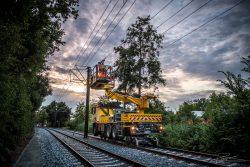 Industriële fotografie: spoorwegtechniekspecialisten installeren bovenleiding voor een trambaan
