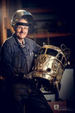 Portret - metaalwerker met kunstwerk uit een gasflex