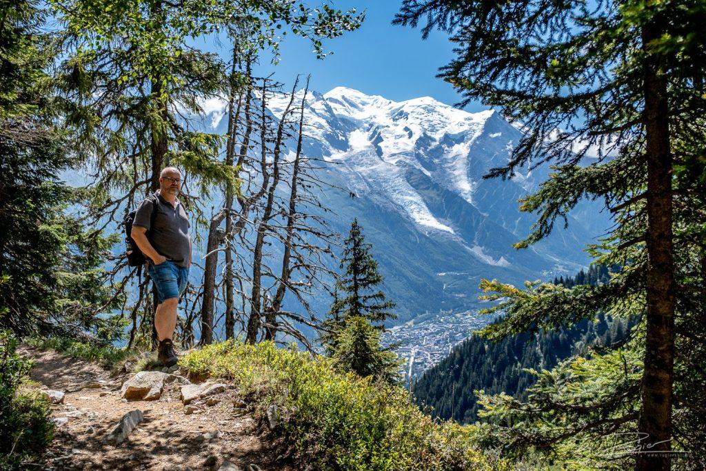 Rogier in de Alpen. Op zijn rug een cameratas - want die neemt de professionele fotograaf altijd mee!