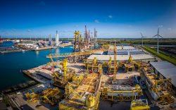 Drone foto - demontage van booreilanden in de haven van Vlissingen